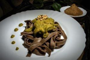 Tagliatelle al gusto di carruba servite con pesto di broccoli