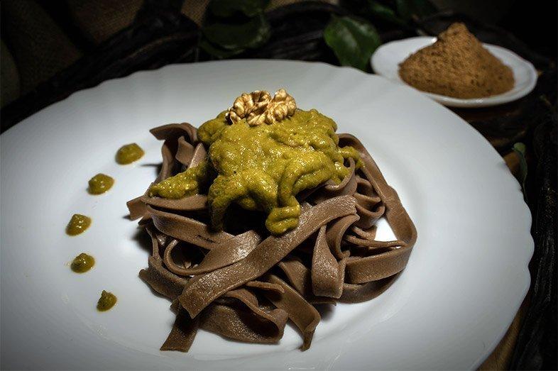 Tagliatelle al carrubo servite con pesto di broccoli