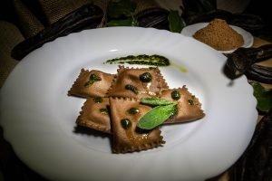 Ravioli alla Carruba serviti con Pesto di Salvia e Prezzemolo