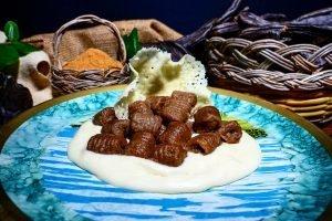Gnocchi alla farina di carruba serviti su crema al parmigiano