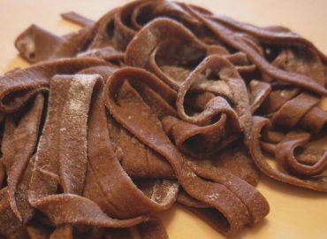 Tagliatelle con Carruba e Pomodori