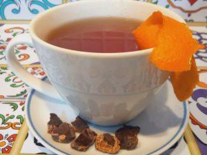 Tisana alla carruba con cannella e scorza d'arancia