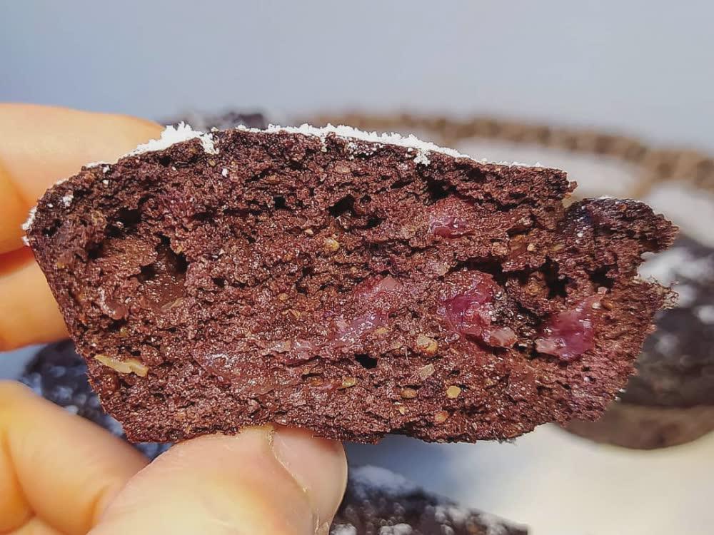 Interno di muffin al cacao, carruba e ciliegie