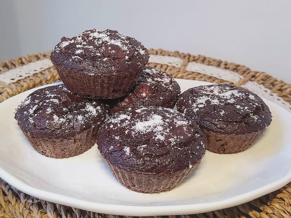 Muffin al gusto cacao, carruba e ciliegie